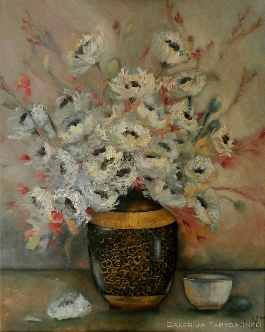 Baltos aguonos rytietiškoje vazoje